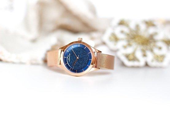 Rose kleurig horloge met blauwe wijzerplaat
